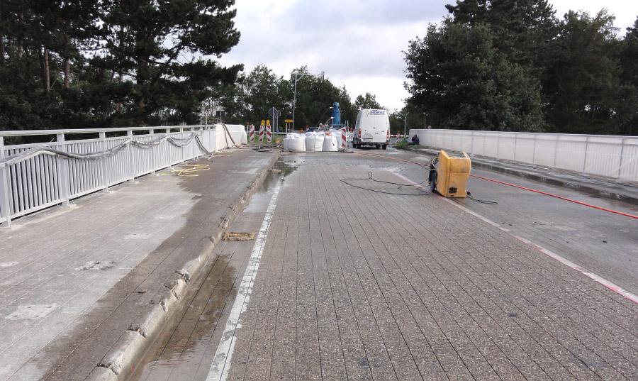 Schlitze für Anoden zum Schutz der Bewehrung einer Brücke